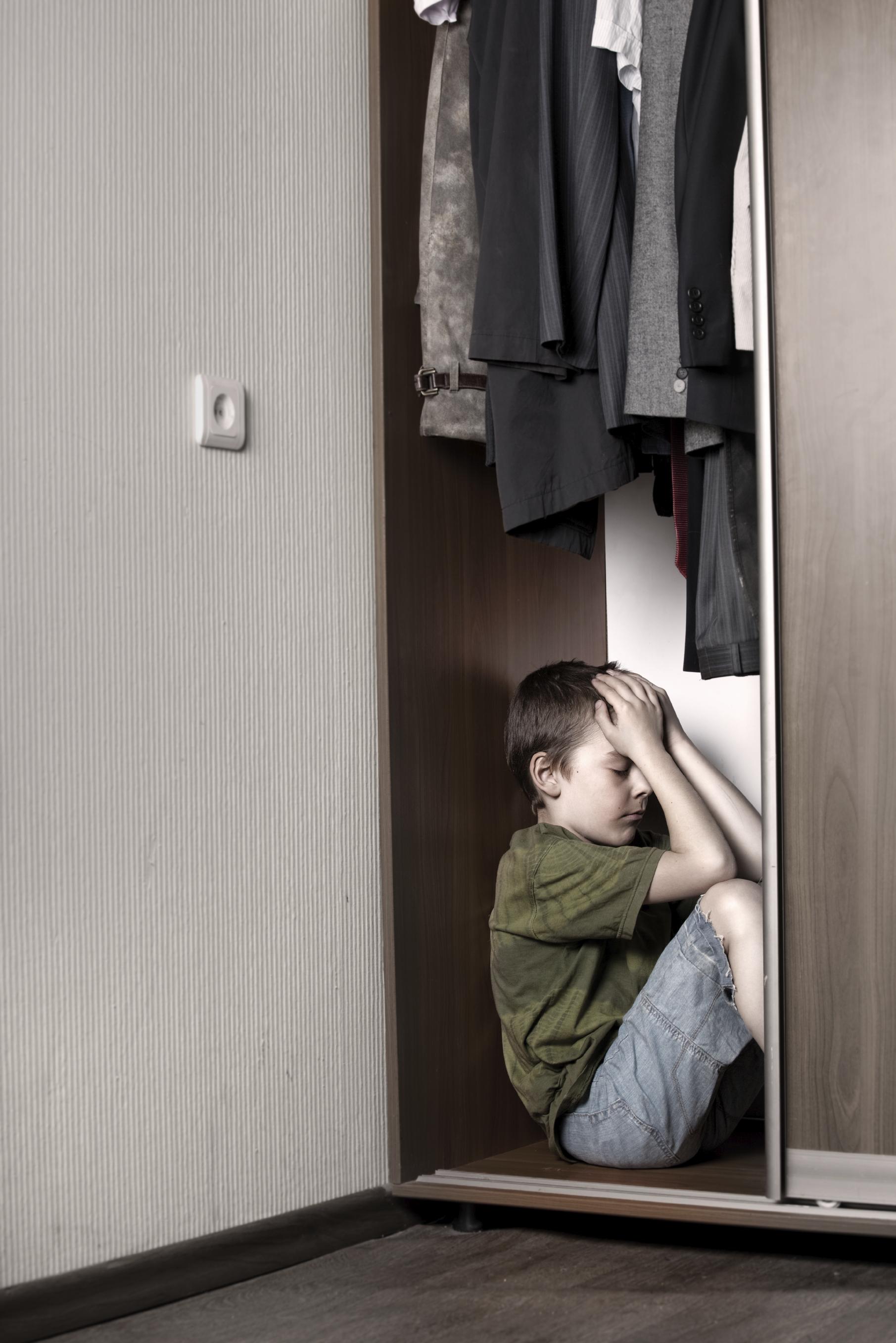 парень прятался в шкафу когда девушка с короткой стрижкой остановки